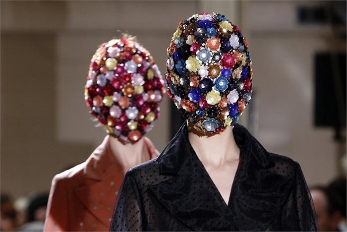 Những người mẫu đeo mặt nạ đá quý ở tuần lễ thời trang Thu Đông Paris