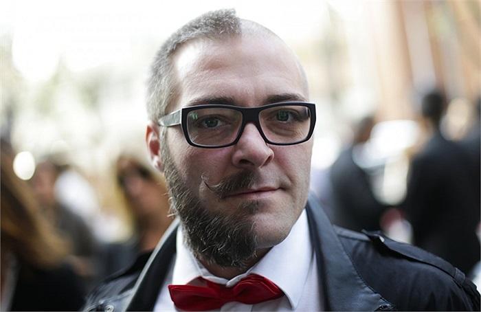 Người đàn ông cạo nửa mặt trong lễ hội thời trang Milan, Italia