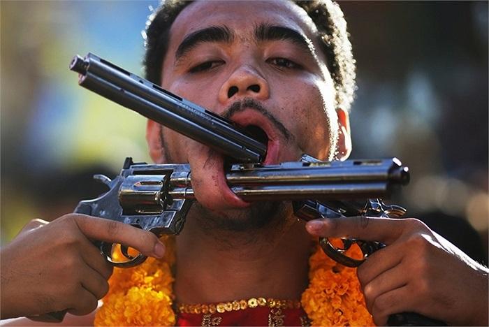 Người đàn ông xuyên súng qua má ở Phuket, Thái Lan