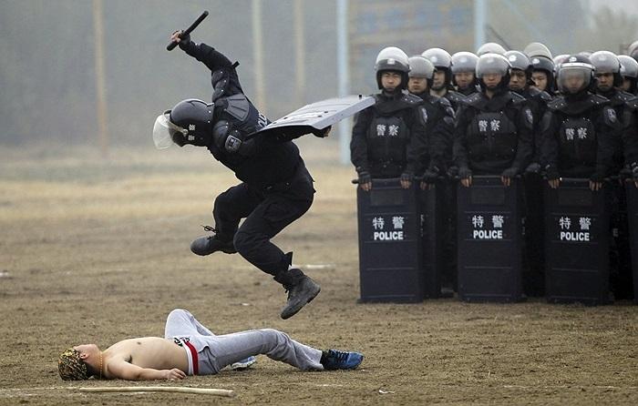 Cảnh sát chống bạo động Trung Quốc luyện tập trấn áp người quá khích ở Tây An, tỉnh Thiểm Tây, Trung Quốc
