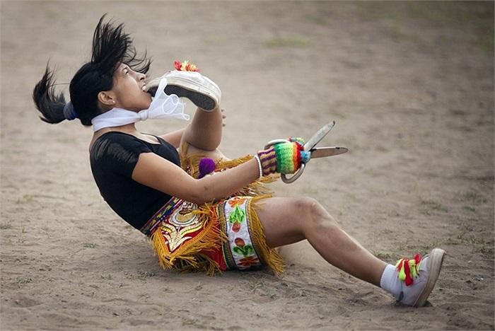 Người phụ nữ cắn giầy trong lễ hội truyền thống ở Peru