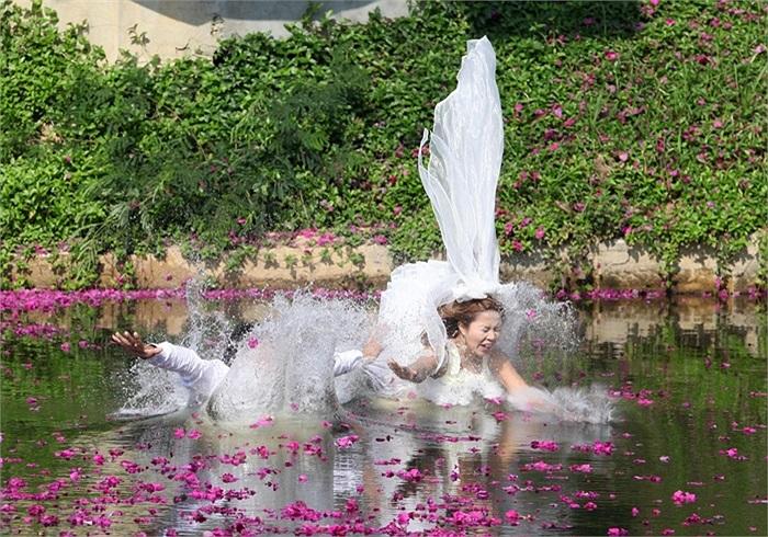 Cặp vợ chồng mới cưới người Thái Lan lao xuống hồ nước trong ngày Valentine 14/2/2013