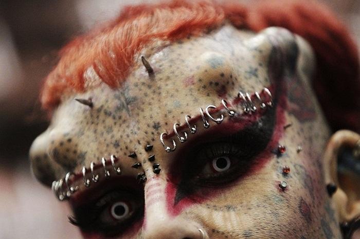 'Nữ quỷ' Maria Jose Cristerna người Mexico với các hình xăm và khuyên bấm vào khuôn mặt cô