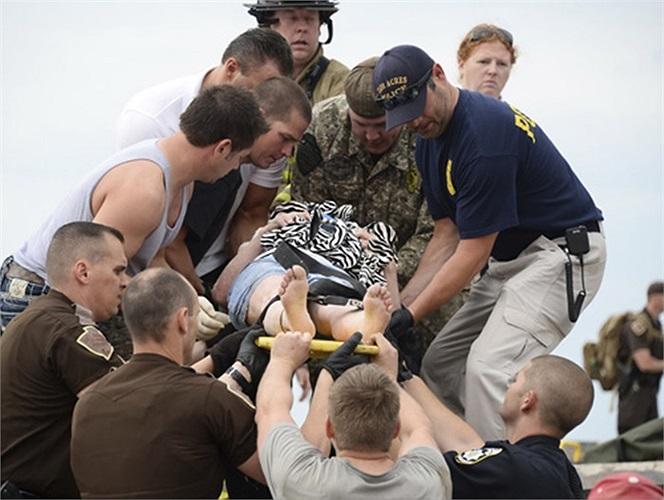 Các nạn nhân được đưa ra khỏi đống đổ nát