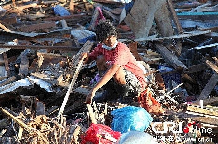 Người dân bới rác kiếm thức ăn ở thành phố Tacloban sau bão Hải Yến