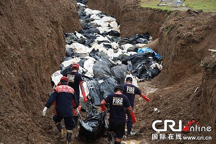 Những hố chôn tập thể xuất hiện sau siêu bão Hải Yến