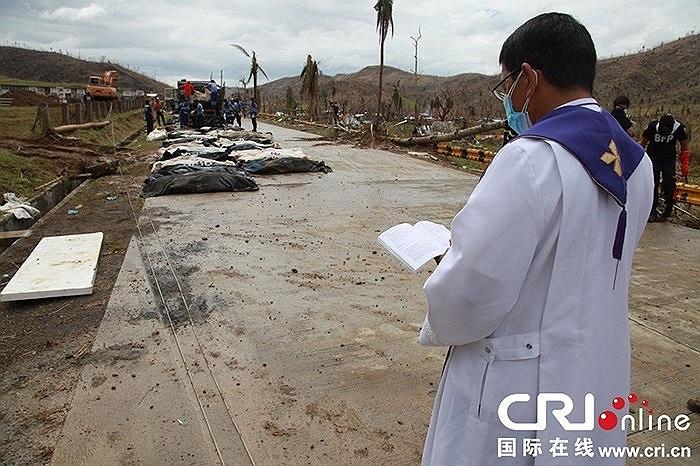 Mục sư cầu nguyện cho các nạn nhân sau bão