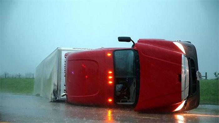 Trận lốc xoáy với sức gió gần 150km/h khiến 54.000 người bị ảnh hưởng do mất điện, thổi bay nhiều ô tô, xe rơ moóc