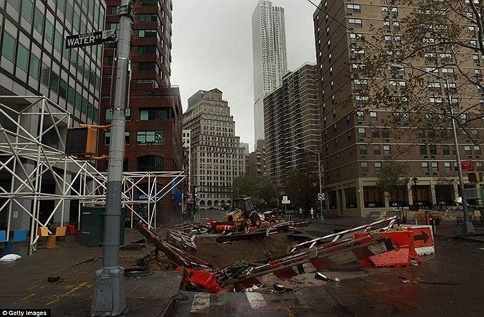 Một công trình đang xây dựng bị bão Sandy tàn phá nặng nề