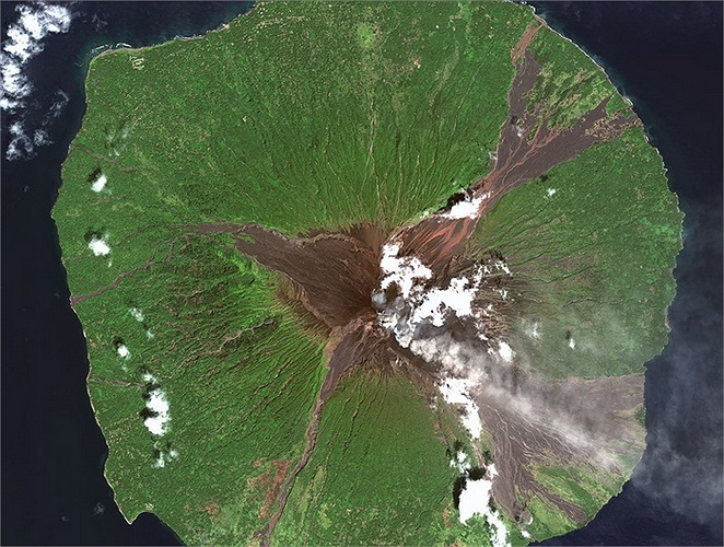 Núi lửa Manam ngoài khơi Papua New Guinea.