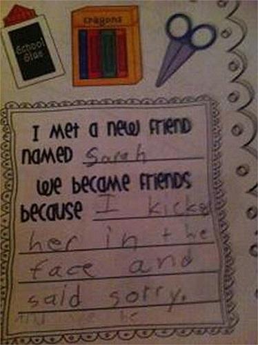 Điền vào chỗ trống: Tôi đã gặp một người bạn mới tên là Sarah. Chúng tôi trở thành bạn bè bởi vì tôi đã đá vào mặt bạn ấy rồi nói xin lỗi.