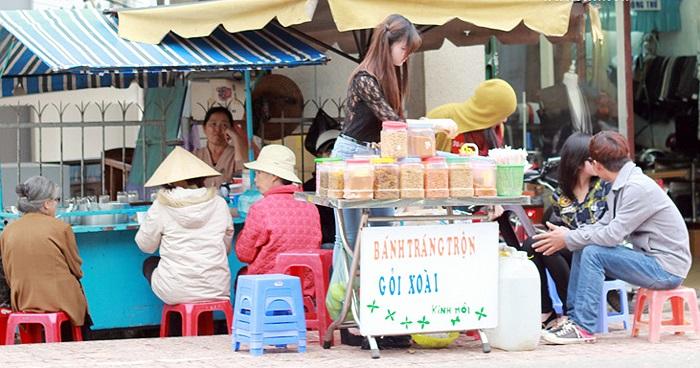 Những ngày qua, clip một cô gái xinh xắn bán bánh tráng trộn ở Đà Lạt xôn xao dân mạng