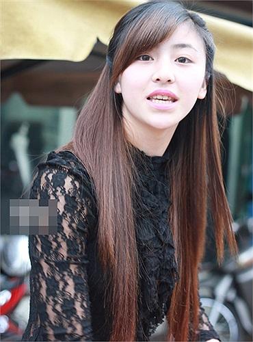 Được biết, cô gái trong clip tên là Lưu Hoài Bảo Chi (thường gọi là My). Chi chỉ mới 19 tuổi nhưng đã có chồng và một con nhỏ. Chi hiện sống với gia đình tại Xuân An (TP.Đà Lạt, Lâm Đồng).