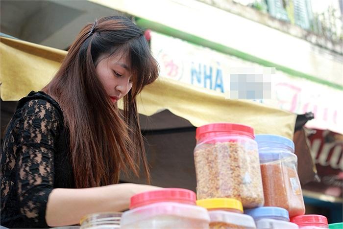 Theo bà Anh (47 tuổi), mẹ của Chi thì một người quen của Chi làm nghề bán bánh tráng trộn bày và chỉ dẫn cho cô bán (từ mua hàng, chế biến đến cả bỏ hàng nợ cho cô). Ban đầu Chi chỉ phụ mẹ nhưng sau đó thì bán chính.