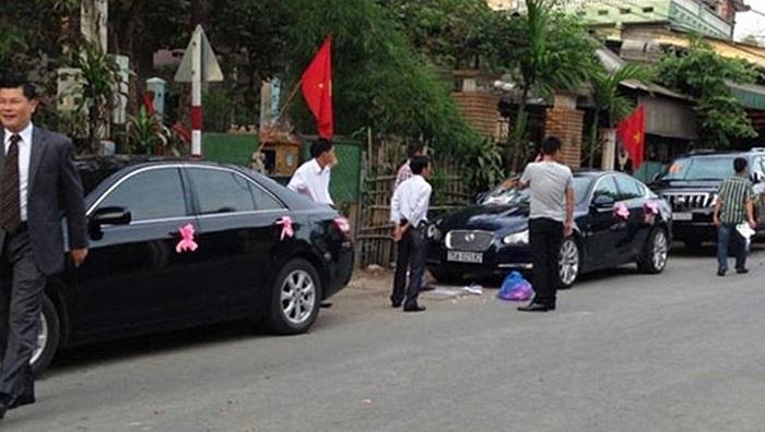 Đám cưới xe sang tại Huế khiến nhiều người dân địa phương chú ý.