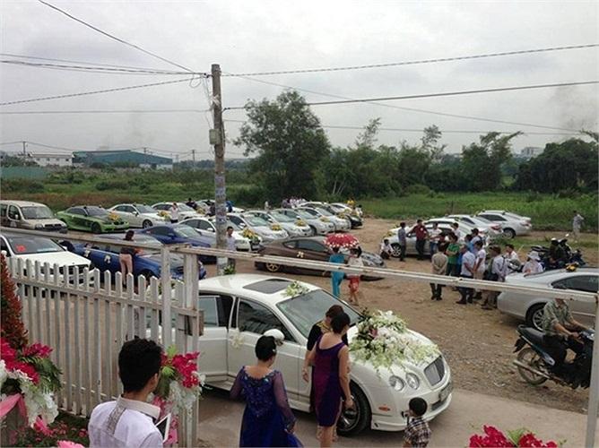 Đám cưới một thành viên trong câu lạc bộ D1 Workshop diễn ra ngày 28/9 tại TP.HCM có sự góp mặt của dàn xe độ từ xe hoa cho đến một số xe khác trong đoàn.
