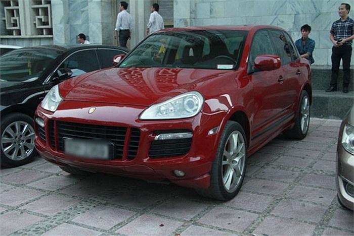 Chiếc Porsche màu đỏ...