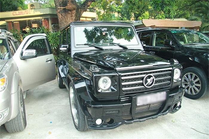 Xe Mercedes G-Class màu đen hầm hố.