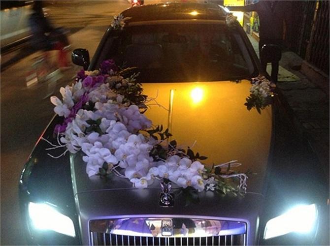 Trong buổi lễ ăn hỏi, dàn xe sang cũng dẫn đầu bằng hai chiếc Rolls-Royce Ghost.