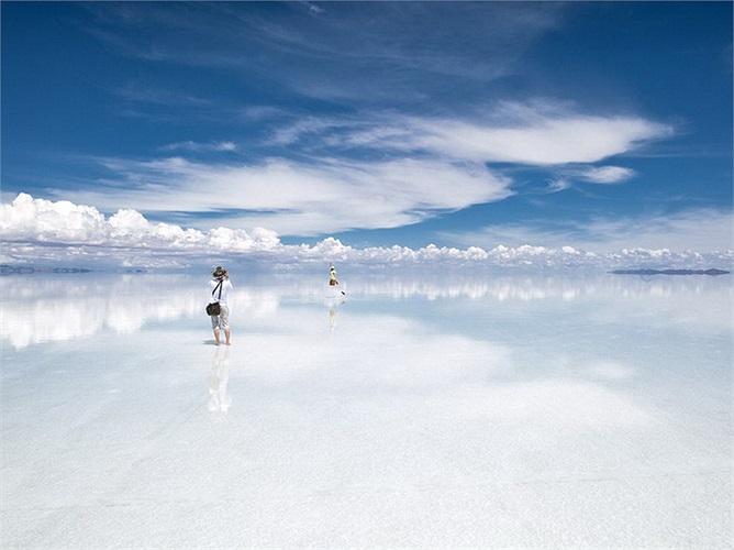 Sa mạc muối Salar de Uyuni, Bolivia: Có tiền thân là một hồ nước mặn khổng lồ bị cạn, sa mạc muối Salar de Uyuni chứa khoảng 5 tỉ tấn muối và có diện tích lên đến 10.582 km2. Nơi đây có những khách sạn muối hoặc các đảo đá dành cho khách du lịch tới tham quan.