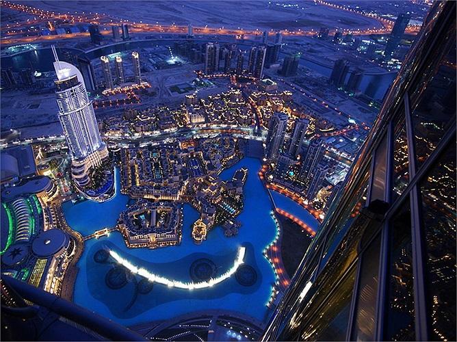 Tòa nhà Burj Khalifa, Dubai: Là tòa tháp cáp nhất thế giới khi lên đến 828m, bao gồm 164 tầng. Đứng từ tòa nhà này, khách du lịch sẽ có thể nhìn toàn cảnh Dubai hoa lệ. Ngoài ra các dịch vụ phục vụ tại đây đều đạt đẳng cấp thế giới.
