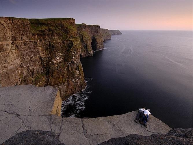 Vách đá Moher, Ireland: Cao trung bình 120m so với mặt biển và chỗ cao nhất lên tới 214m. Đây là địa điểm thu hút gần 1 triệu du khách mỗi năm.