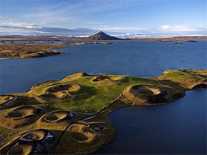 Hồ Myvatn, Iceland: Được tạo ra từ sự phun trào núi lửa cách đây 2000 năm, hồ Myvatn là một trong những hồ nước nóng lớn nhất thế giới. Ngoài ra những miệng núi lửa giả quanh đây cũng là địa điểm tham quan thú vị.
