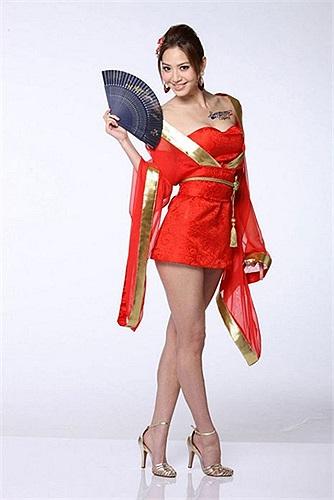 Bạch Khâm Tuệ cao 1m76 và có đôi chân dài 113cm, cùng khuôn miệng gợi cảm từng được ví von là 'Angelina Jolie của Đài Loan'.