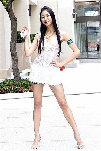 Bạch Khâm Tuệ cũng là một cái tên nổi tiếng trong làng giải trí Hoa ngữ nhờ đôi chân dài trời ban.