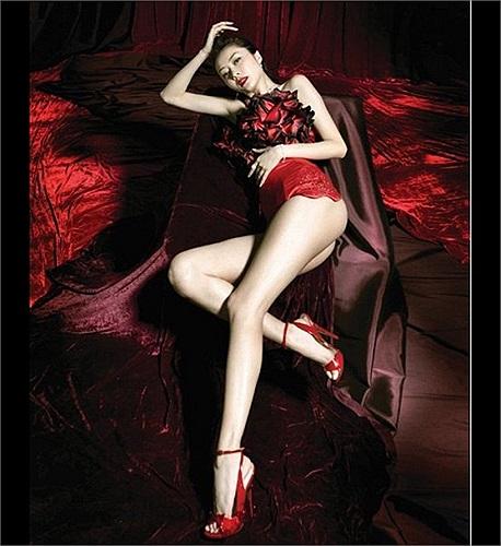 Tình cũ của Quách Phú Thành luôn khiến cả phái nam và nữ mê mẩn vì đôi chân dài nuột nà của mình.