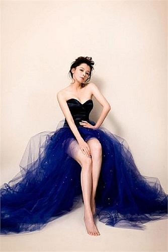 Người đẹp luôn biết cách khoe lợi thế của mình qua các thiết kế váy xẻ táo bạo. Ảnh: Tổng hợp.