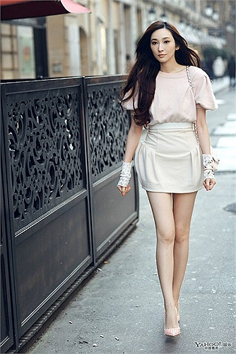 Đôi chân của người đẹp này dài đến 113 cm mặc dù cô chỉ cao 1m70.