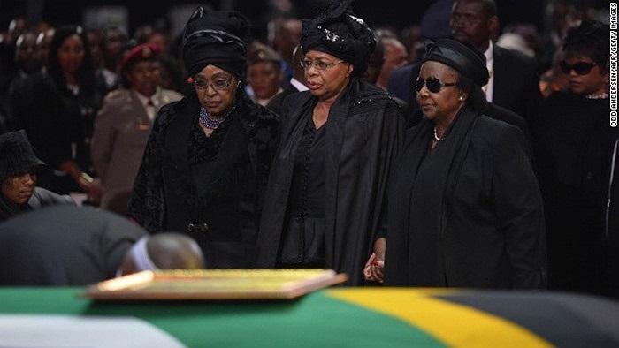 Vợ cũ ông Nelson Winnie Madikizela Mandela (trái) và vợ ông Graca Machel (giữa) đứng cạnh quan tài của chồng
