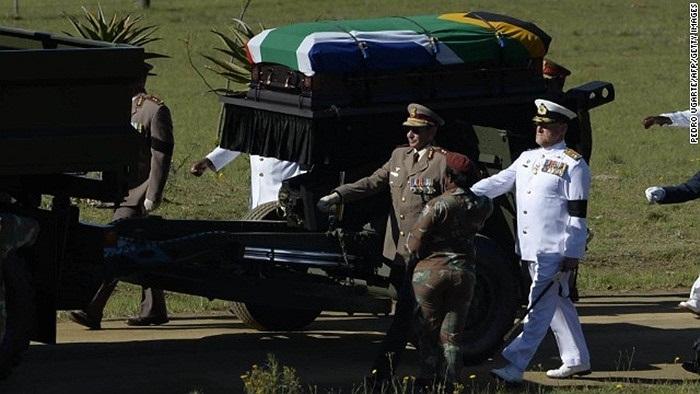 Các binh sĩ đưa quan tài về nơi chôn cất
