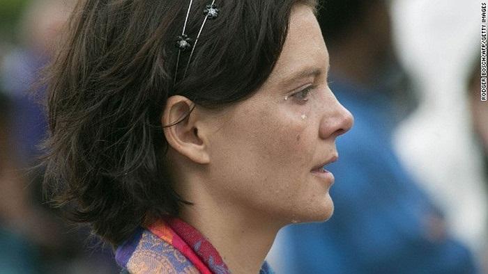 Nước mắt lăn dài trên gò má người phụ nữ bên ngoài Tòa thị chính Cape Town