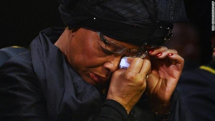 Vợ ông, Graca Machel lau nước mắt trong đám tang