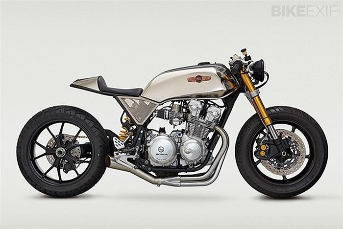 1. Honda CB Cafe Racer độ bởi Classified Moto Lần thứ 2 liên tiếp, Classified Moto lại đứng vị trí cao nhất. Có vẻ như John Ryland không hề có một sự sai sót, với khả năng đặc biệt của riêng mình. 'Superstrada' là chiếc Honda CB750F 1980 Four Sport được độ tỉ mỉ nhất, với kết cấu phía trước của Yamaha YZF-R6 gồm chảng và bộ giảm xóc đã được thay thế cho trang thiết bị nguyên bản. Gắp đơn phía sau của Ducati.
