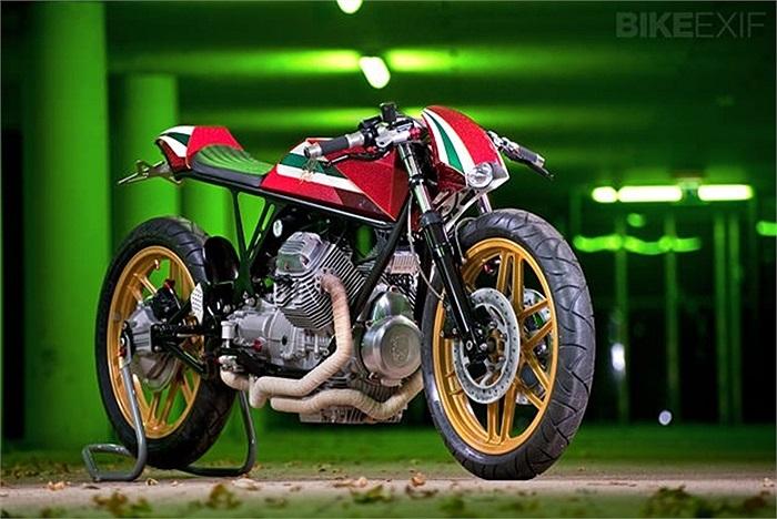 7. Moto Guzzi V50 độ bởi RNO Một mẫu Moto Guzzi độ luôn mang một phong cách cổ điển. Với những đường nét vượt thời gian của dòng Cafe Racer, màu sắc rực rỡ và kết cấu trần trụi. Và người xem đều có những cách tiếp cận hoàn toàn khác nhau khi nhìn thấy mẫu xe này. Chiếc V50 này được gán cho cái tên 'Opal'