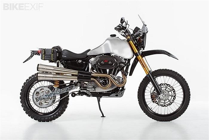 8. Harley thể thao độ bởi Carducci Một mẫu Harley Sportster được lấy cảm hứng từ một mẫu xe thể thao. Có thể âm thanh mà nó tạo ra không thực sự ấn tượng, nhưng kĩ sư Jim Carducci đã tạo nên 1 quái thú thực sự. Với bộ giám sóc trước được thay bằng loại 10-inch và phía sau là 8-inch, chiếc xe thực sự hoạt động rất tốt.