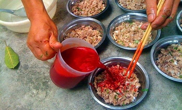 Tiết canh là món ăn tươi sống sử dụng nguyên liệu là máu động vật tươi được pha với chút nước mắm hoặc nước muối nhạt nhằm làm cho khỏi đông trước khi trộn với những phần thịt, sụn động vật băm nhỏ để làm đông tiết.Tiết canh là món ăn khá thịnh hành trong ẩm thực của người Việt, đặc biệt là ở các tỉnh phía Bắc; nhưng hiếm thấy trong ẩm thực của một nơi nào khác trên thế giới và có lẽ cũng vô cùng hiếm hoi trong cộng đồng người Việt tại hải ngoại.