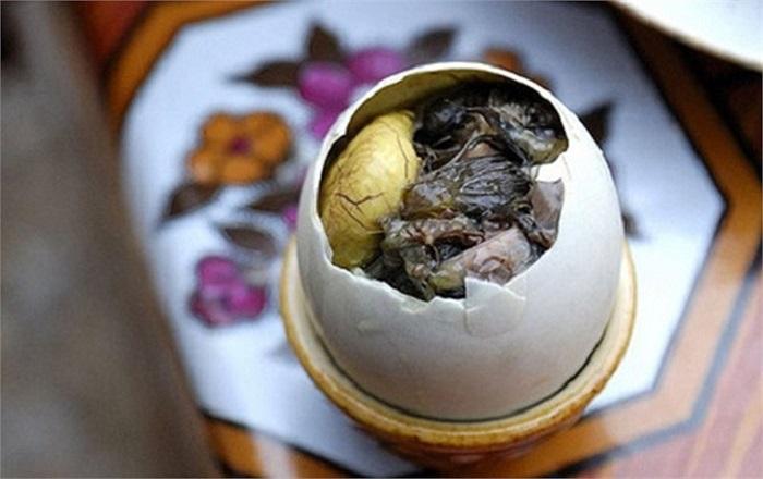 Trứng vịt lộn hay hột vịt lộn là món ăn được chế biến từ quả trứng vịt khi phôi đã phát triển thành hình. Trứng vịt lộn là một trong những món ăn nhẹ bình dân ở Việt Nam và được coi là món ăn bổ dưỡng. Trứng được bán rong hoặc bán tại các góc phố, các hàng ăn nhỏ.Tuy nhiên nhiều người nước ngoài khi đến Việt Nam, nhìn thấy cảnh người dân ăn nó một cách ngon lành họ đã rùng mình và ớn lạnh.