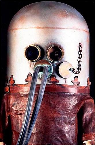 Sieur Freminet: Mặt nạ dưỡng khí. Năm 1972, nhà khoa học người Pháp, Sieur Freminet đã phát minh ra loại mặt nạ dưỡng khí có khả năng chuyển đổi khí CO2 thành Oxy. Tuy nhiên trong quá trình thử nghiệm, chiếc mặt nạ bị lỗi, khiến nhà khoa học này tử vong