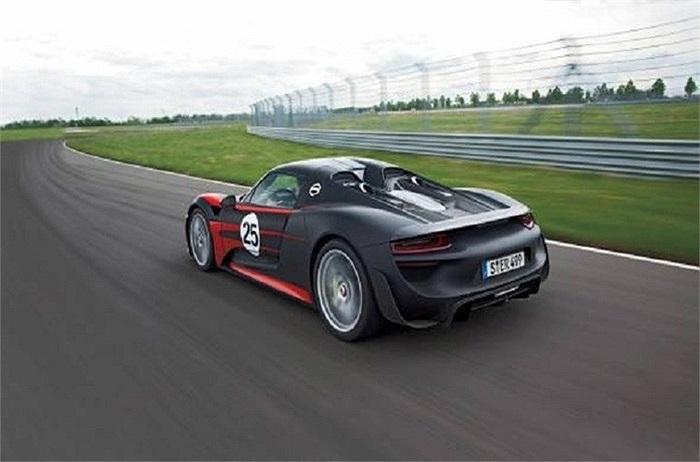 Chiếc Porsche 918 Spyder hỗ trợ người lái bằng 3 chế độ: tiết kiệm năng lượng bằng pin mặt trời, chế độ xe thể thao và chế độ động cơ điện bổ sung giúp xe tăng tốc từ 0 đến 60km/h trong 2.5s. Với 918 phiên bản được tung ra thị trường, 918 Spyder là chiếc xe nhanh nhất Porche từng thiết kế.