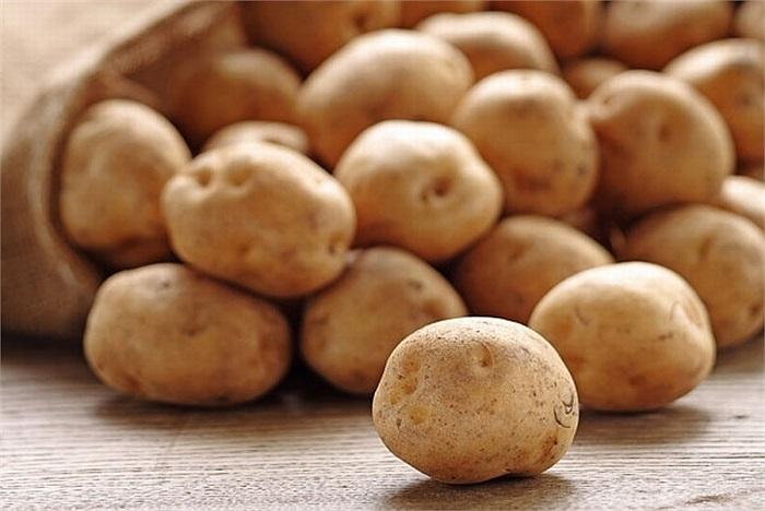Khoai tây có thể giải nhiệt, giảm kiết lị, còn có thể bảo vệ tì vị, nhuận tràng, giảm quầng thâm mắt, đắp lát khoai tây lên mắt có thể giảm quầng thâm.