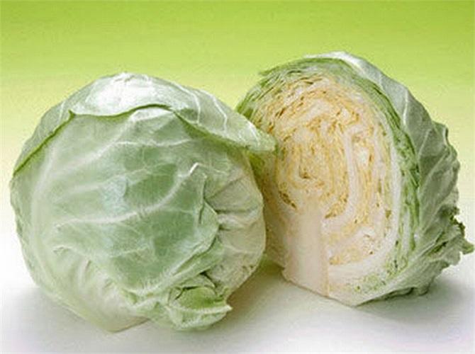 Bắp cải chứa nhiều vitamin C và xơ, thúc đẩy sự nhu động của vị tràng, đồng thời hỗ trợ thải độc.