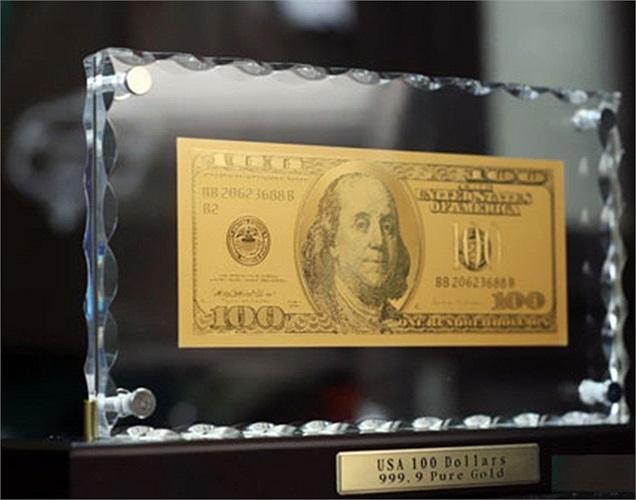 Tiền USD bằng vàng nguyên chất cũng là một quà tặng đặc biệt. Tiền USD bằng vàng có 2 loại: một được sản xuất từ Mỹ và một được làm từ Hong Kong, nhưng sản phẩm từ Mỹ được ưa chuộng và định giá cao hơn. Một tờ tiền USD để bàn có mệnh giá 100 USD, làm bằng vàng nguyên chất 24 carat do Mỹ sản xuất được báo giá khoảng 4,3 triệu đồng.