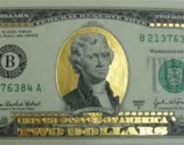Ngoài ra, các cửa hàng cũng nhanh chân chạy theo thị trường khi đưa ra tờ tiền 2 USD mạ vàng với giá bán khoảng 450.000 đồng/1 tờ.