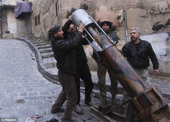 Quân nổi dậy Syria nạp tên lửa vào bệ phóng trong một lần tấn công quân đội chính phủ Assad