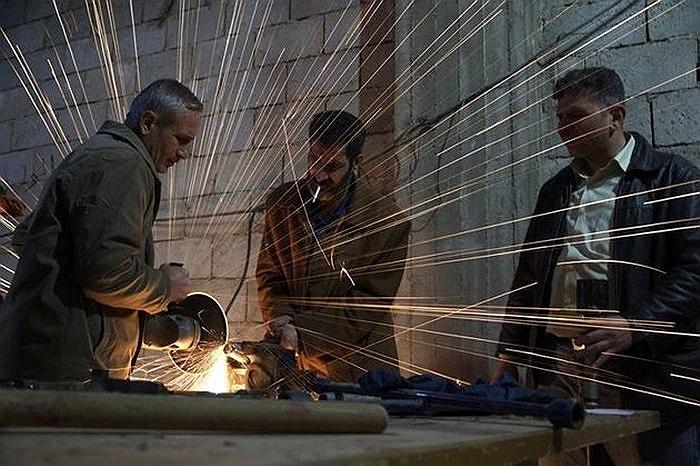 Binh sĩ phe nổi dậy Syria đang chế tạo vỏ súng cối ở Deir al-Zor ngày 8/3/2013