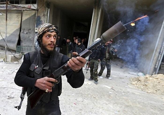 Binh sĩ phe nổi dậy dùng súng bắn lựu đạn tự chế ngày 24/1/2013